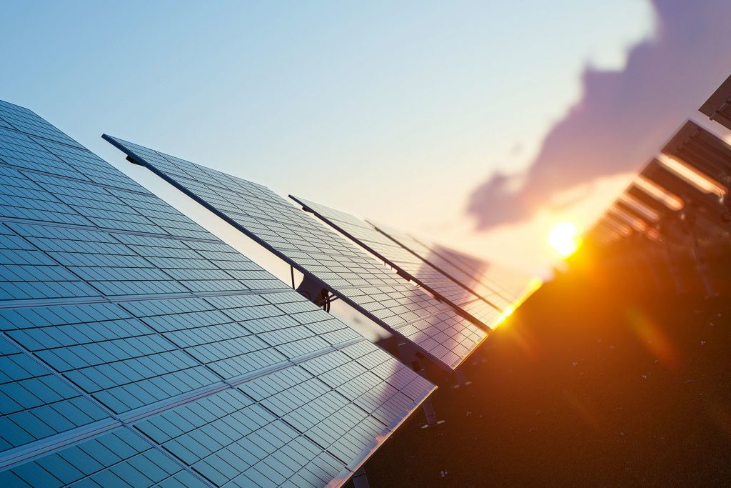 paneles solares en el techo de una empresa