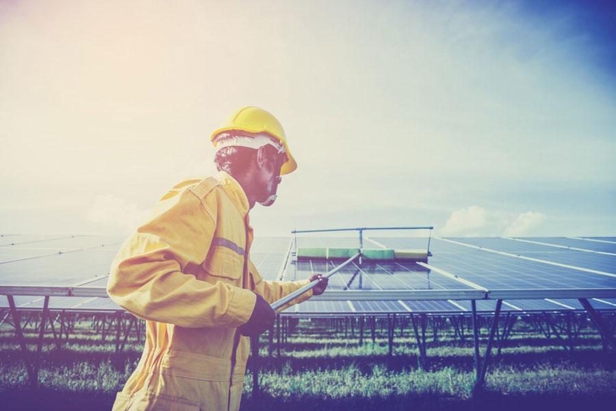 persona limpiando paneles solares para empresa