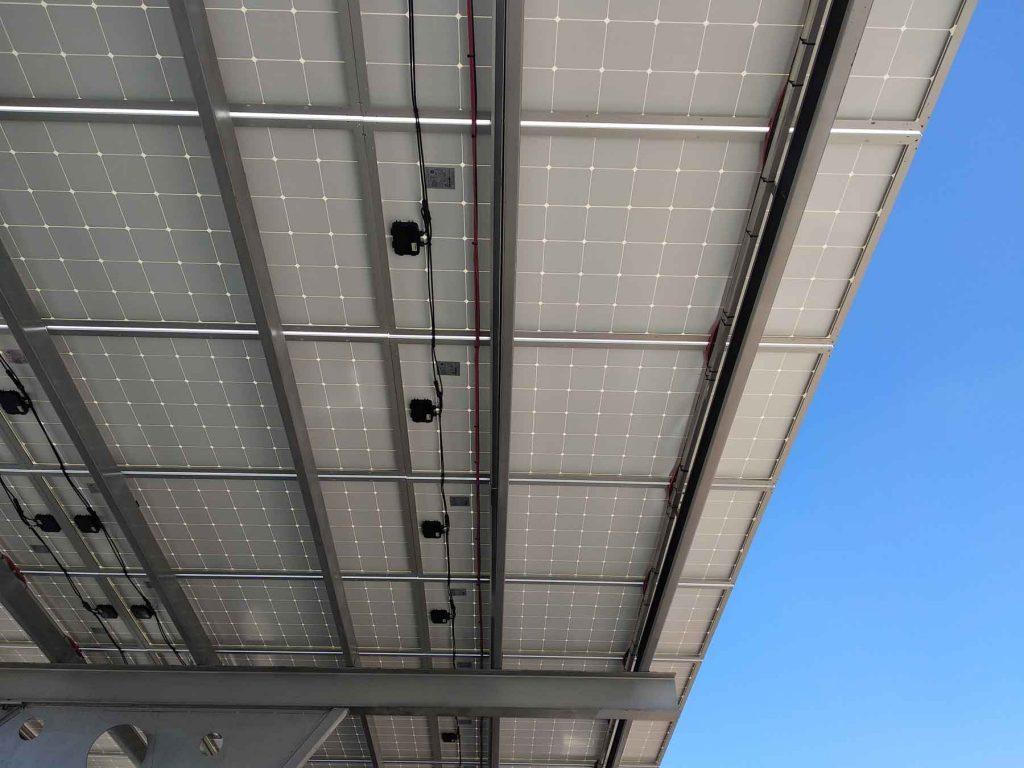 estacionamiento con paneles solares vistos desde abajo