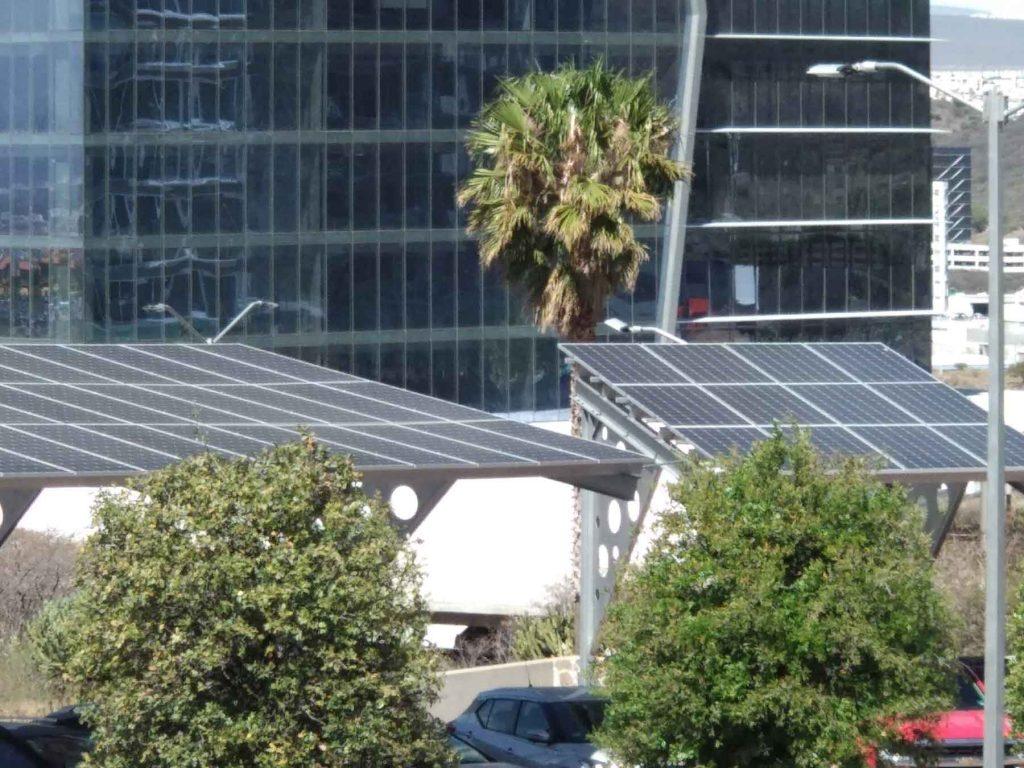 Estacionamiento solar vista de lejos