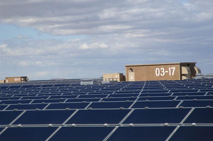 paneles solares en Querétaro colocados en el techo de un datacenter