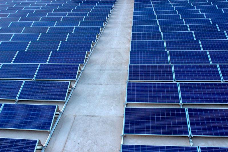 San Luis Potosi con Paneles Solares sobre el techo de una nave industrial