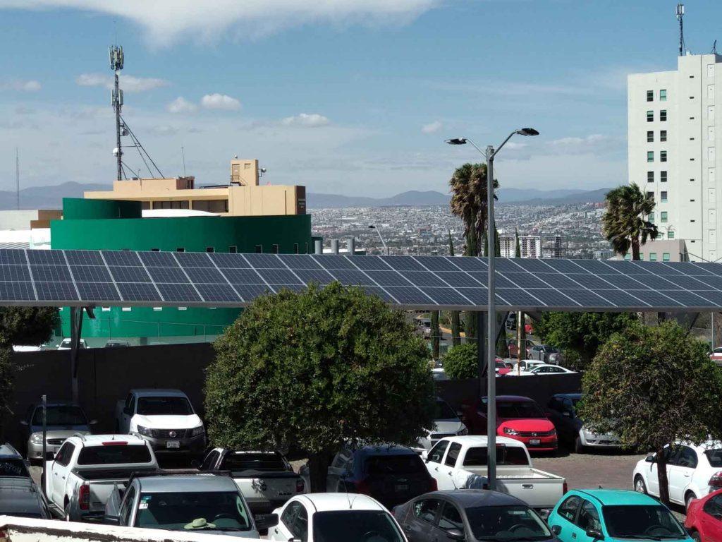 Paneles solares en estacionamiento vista aérea